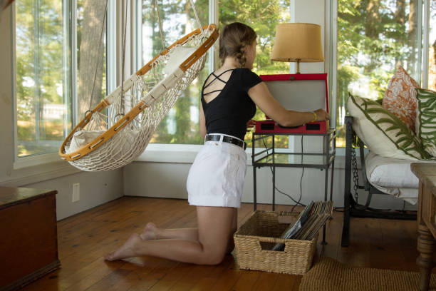 mujer joven tocadiscos inves maleta